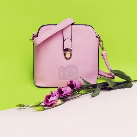 Photo pour Accessoires élégants pour dames. Sac à main. Focus sur les couleurs pastel . - image libre de droit