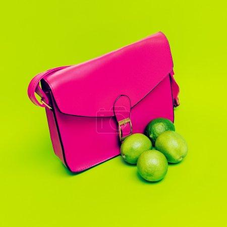 Photo pour Sac élégant pour dames rose. amour couleurs vives . - image libre de droit