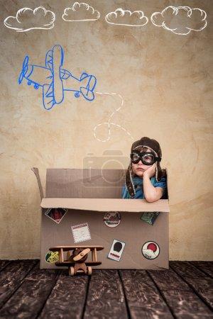 Photo pour Enfant fait semblant d'être un pilote. Enfant qui joue à la maison. Concept de voyage, de liberté et d'imagination - image libre de droit