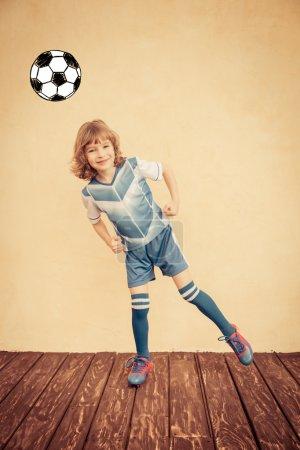Photo pour Enfant fait semblant d'être un joueur de football. Concept de réussite et gagnant - image libre de droit