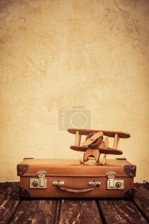 Photo pour Avion jouet vintage et valise. Vacances d'été et concept de voyage - image libre de droit