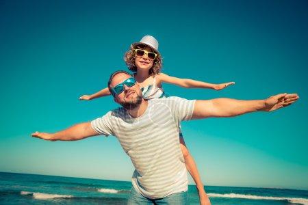 Photo pour Père et enfant s'amusent sur la plage, vacances d'été et concept de voyage - image libre de droit