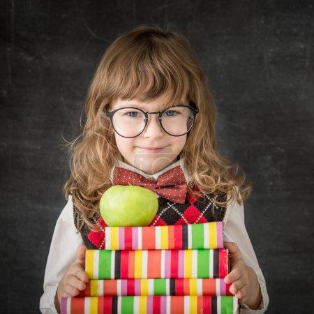 Photo pour Enfant intelligent en classe. enfant heureux contre le tableau noir. concept de l'éducation - image libre de droit