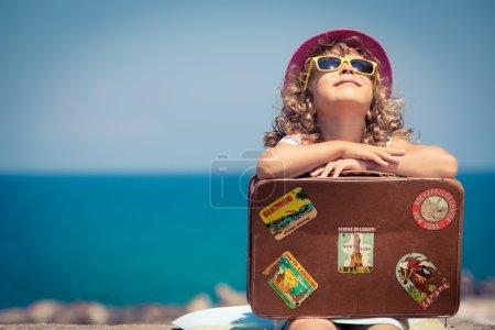Photo pour Enfant avec valise vintage en vacances d'été. Concept de voyage et d'aventure - image libre de droit