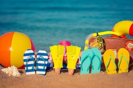 Photo pour Tongs et pieds d'enfants sur la plage. Concept vacances d'été - image libre de droit