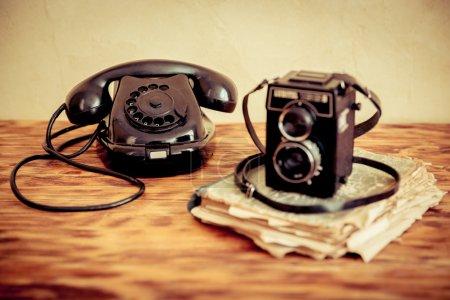 Photo pour Téléphone et appareil photo rétro sur table en bois - image libre de droit