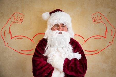Photo pour Père Noël fort homme âgé. Concept de vacances de Noël - image libre de droit