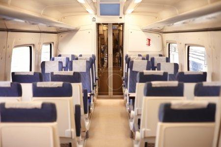 Photo pour Sièges vides à l'intérieur du train passager - image libre de droit