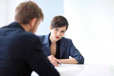 Photo pour Partenaires commerciaux discutant de documents et d'idées au bureau - image libre de droit