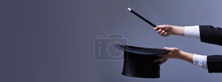 Photo pour Mains de magicien avec chapeau et baguette magique - avec espace de copie - image libre de droit