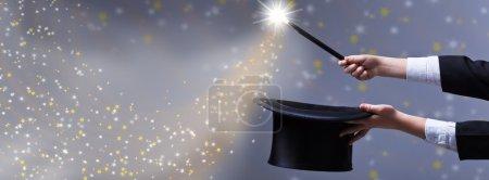 Photo pour Magie de Noël pour l'espace de copie - mains magiciennes avec chapeau noir et baguette - image libre de droit