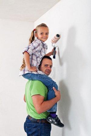 Photo pour Père et fille de peinture la chambre ensemble - s'amuser ensemble - image libre de droit