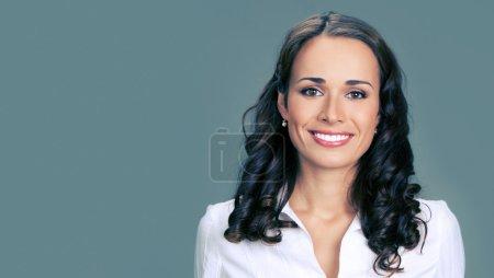 Photo pour Portrait de jeunes heureux souriant femme d'affaires, sur fond gris, avec fond - image libre de droit
