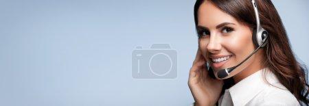 Photo pour Opérateur de téléphonie de support client dans l'oreillette, avec fond blanc zone message texte ou slogan, sur fond gris. Centre d'appels de service de Consulting et d'assistance. - image libre de droit