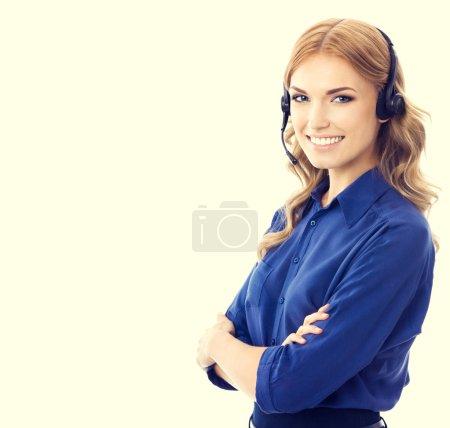 Photo pour Heureuse souriante gaie belle jeune femelle prend en charge l'opérateur de téléphonie ou travailleur téléphone en casque et vêtements bleu. Concept de client service assistance. - image libre de droit