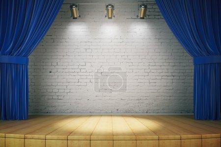 Photo pour Mur de briques blanc et vide sur scène avec rideaux bleus, parquet et trois projecteurs. Maquette, 3D Render - image libre de droit