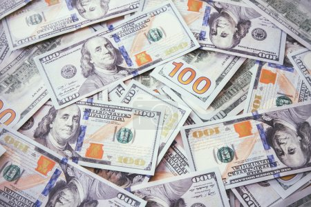 Photo pour Des billets de cent dollars dans un ordre chaotique - image libre de droit