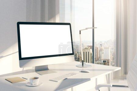 Photo pour Sideview de bureau créatif avec écran blanc vide au bureau ensoleillé avec fenêtres et vue sur la ville. Mock up, rendu 3d - image libre de droit