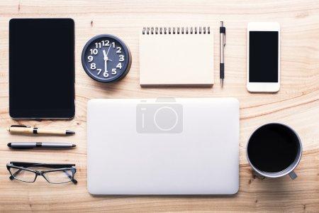 Photo pour TopView de bureau en bois avec outils office soigneusement organisé et les gadgets électroniques. Maquette - image libre de droit