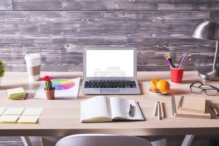 Photo pour Bureau avec ordinateur portable blanc blanc, café et divers Articles de papeterie sur fond en bois. Maquette - image libre de droit