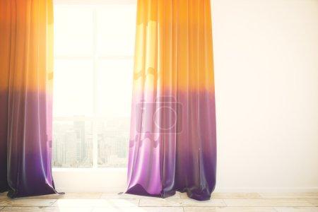 Photo pour Fenêtre avec vue sur la ville et rideaux violets à l'intérieur lumineux avec plancher en bois et mur en béton blanc. Maquette, rendu 3D - image libre de droit