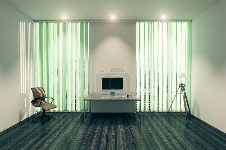 Foto de Moderno interior de oficina con monitor de computadora en blanco en escritorio, silla, lámpara de pie y ventanas con persianas. Maquillaje, renderizado 3D - Imagen libre de derechos