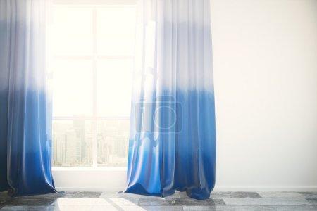 Photo pour Fenêtre avec des rideaux en ville vue et bleu dans un intérieur lumineux avec plancher en bois et mur de béton blanc. Mock up, rendu 3d - image libre de droit