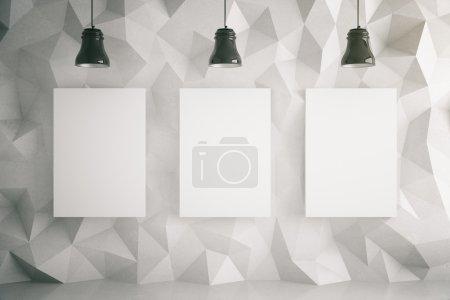 Photo pour Trois affiches vierges dans la pièce avec des lampes murales et de plafond à motifs polygonaux légers. Maquette, rendu 3D - image libre de droit