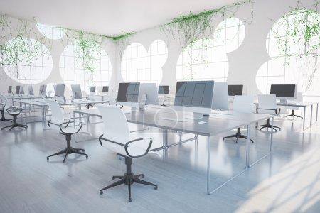 Photo pour Lumineux intérieur de bureau de coworking propre avec des ordinateurs, des fenêtres rondes et des plantes sur tous les murs. Rendu 3D - image libre de droit