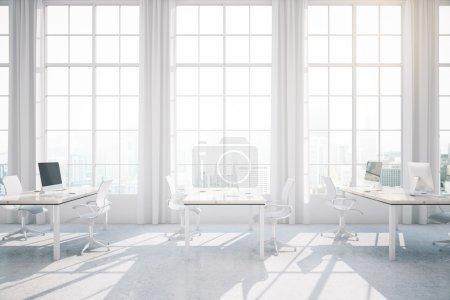 Photo pour Lumineux intérieur de bureau de coworking avec vue sur la ville et la lumière du soleil. Rendu 3D - image libre de droit