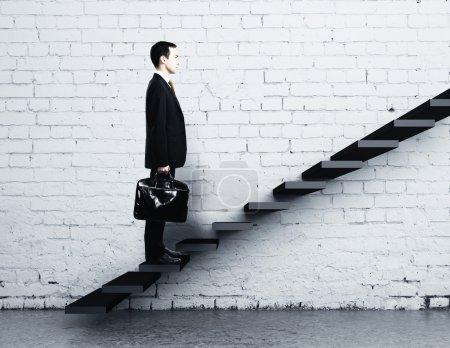 Photo pour Un homme d'affaires monte un escalier - image libre de droit