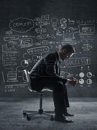 Photo pour Homme assis dans une chaise et concept d'entreprise sur le mur - image libre de droit