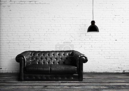 Photo pour Salle de briques avec lampe et canapé en cuir - image libre de droit
