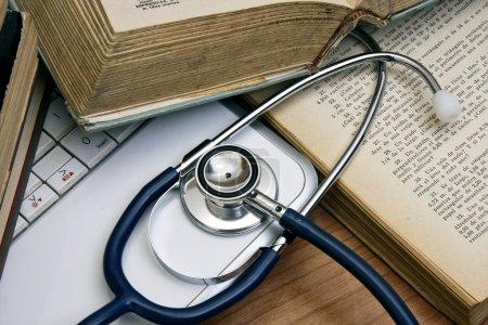 Photo pour Medical worktable - image libre de droit