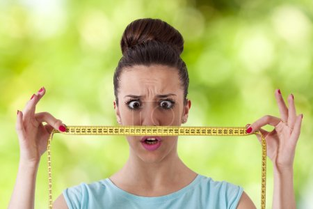 Photo pour Expression fille avec ruban à mesurer concept de perte de poids - image libre de droit