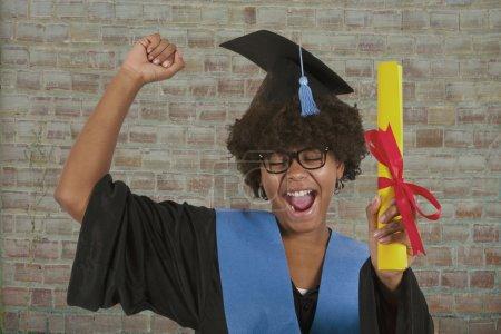Photo pour Collège fille diplômé avec diplôme - image libre de droit