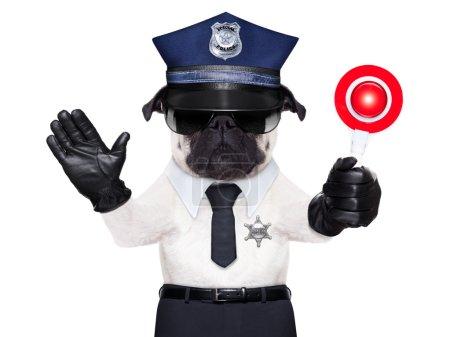 Photo pour Chien de police en service avec panneau d'arrêt et de la main, isolé sur fond blanc blanc - image libre de droit