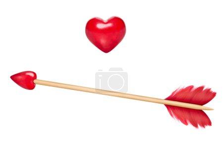 Photo pour Flèche de Cupidon avec plumes rouges et flèche en forme de coeur rouge, bâton en bois, coeur en bois également inclus à des fins de conception - image libre de droit