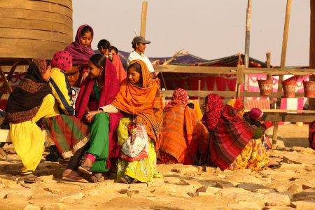 Photo pour INDE-FÉVRIER, 19,2015 personnes dans le désert Village pauvres dans le désert le février, 19,2015 dans le Rajasthan, Inde - image libre de droit