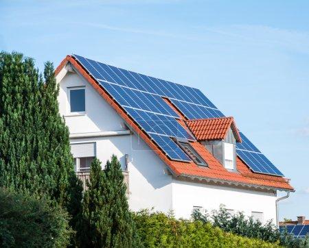 Foto de Casa moderna con células solares fotovoltaicas en el techo para la producción de energía alternativa - Imagen libre de derechos