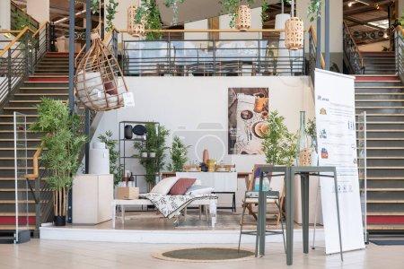 Photo pour ROUEN, FRANCE - 20 MAI 2020 : Salle d'exposition avec décorations et meubles dans le magasin ALINEA - image libre de droit