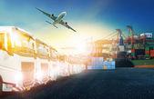 Kontejnerové nákladní auto, loď v přístavu a nákladní letadla v Transport