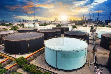 zbiornik oleju w zakładzie przemysłu naftowo-chemicznego rafinerii w domowych