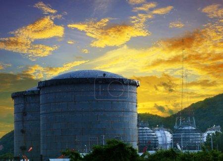 Photo pour Paysage du réservoir de stockage de pétrole du chantier de construction dans l'usine pétrochimique de raffinerie contre un beau ciel sombre - image libre de droit