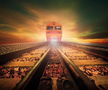 Photo pour Trains sur la jonction des voies ferrées dans les trains gare reprend belle lumière du soleil couché utilisation du ciel pour le transport terrestre et l'industrie logistique arrière-plan, toile de fond, copier thème espace - image libre de droit