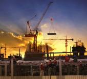 Arbeitnehmer arbeiten in hoher Bau Baustelle gegen Beauti