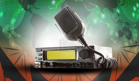 Foto de Transceptor de CB radio y altavoz, sosteniendo en el aire usan para el tema de la marcha del jamón conexión y amateur radio - Imagen libre de derechos