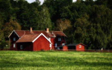 Anciennes fermes rouges en milieu rural