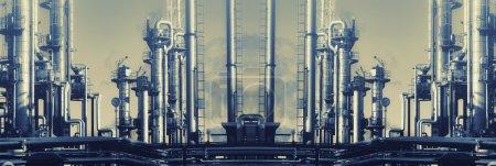 Photo pour Grande raffinerie de pétrole, de gaz et de combustibles, vue panoramique et effets de traitement vintage . - image libre de droit