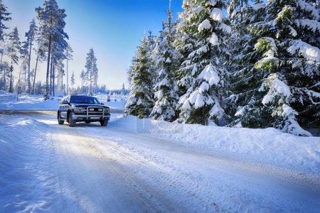 Photo pour Grand SUV, 4x4, conduite sur petite route de campagne, terrain enneigé rugueux. Effets de couleur HDR . - image libre de droit